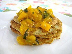 Panqueca americana vegana com geleia de manga, hortelã e manjericão