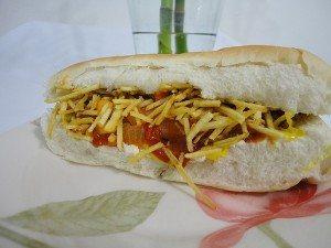 Pão de leite, molho de cachorro quente, salsicha vegetariano, maionese, catchup, mostarda e batata palha