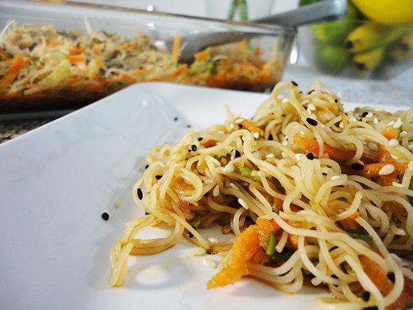Salada de macarrão oriental